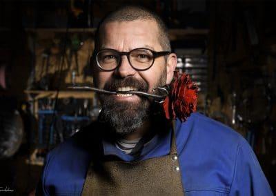 Homme tenant une rose au bureau du Steel