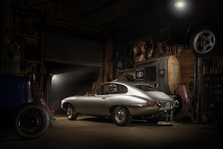 photo de Jaguar type E 3/4 arrière dans un atelier de nuit