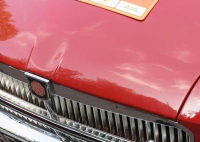 capot moteur voiture MG B prise de haut avec la plaque du rallye historique du touquet paris plage