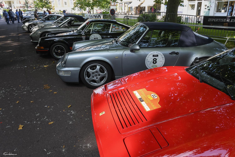 alignement de voitures de luxes, ferrari 328, porsche 964 cabriolet, porsche 2.7 RS, spyder, 996 Turbo S cabriolet, au rallye historique du touquet paris plage