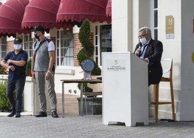 briefing pilotes sur le perron de l'hotel westminster pour le rallye historique du touquet paris plage