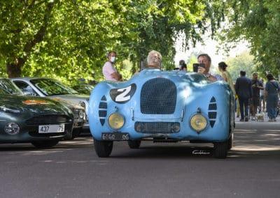 Voiture Bugatti 57 Le Mans devant les voitures participantes au rallye Historique du Touquet Paris plage