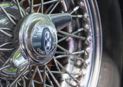 reflet de jante d'aston martin DB7 dans une jante de voiture MG B au rallye historique du touquet paris plage
