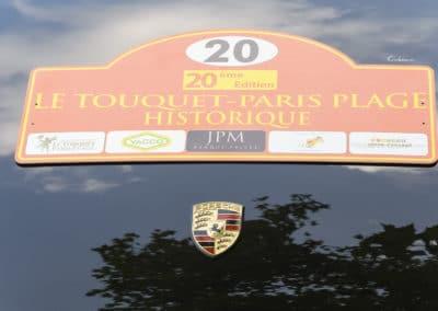 plaque du rallye historique du touquet, sponsorisé par yacco, jpm sur un capot de porsche 964