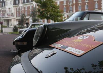 Porsche 964 avec plaque du rallye historique du touquet paris plage sur le capot devant hotel westminster