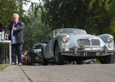 MG B et aston martin DB7 au départ du rallye historique du touquet