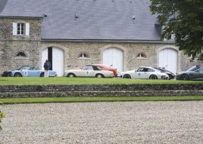 rassemblement de voitures de luxe dans château lors du rallye historique du touquet paris plage
