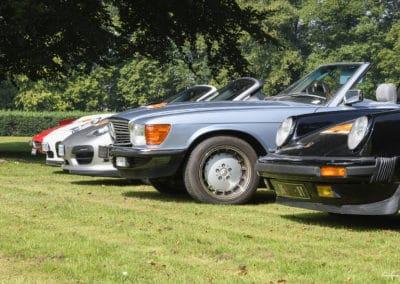 alignement de voitures de luxes lors du rallye historique du touquet paris plage porsche 964 cabriolet, mercedes cabriolet porsche spyder porsche 996 cabriolet ferrari dino