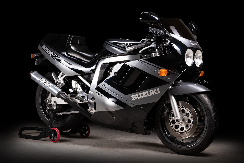 moto suzuki gsxr 1100 de 1989 modèle noir et gris d'origine photographié en 3/4 avant droit
