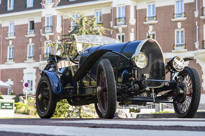 Une photo prise en 3/4 avant de Bugatti Type 13 de l'année 1920 un matin de septembre devant l'hotel Westminster Au Touquet Paris Plage dans le département français du Pas De Calais