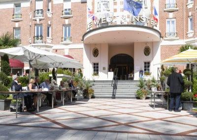 Le jury du concours d'élégance du touquet paris plage devant l'hotel westminster