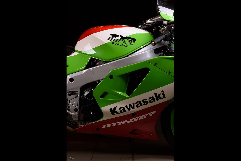photo réservoir et une partie du profil droit d'une kawasaki ZXR 750 Stinger H2 rouge blanche et verte sur fond noir