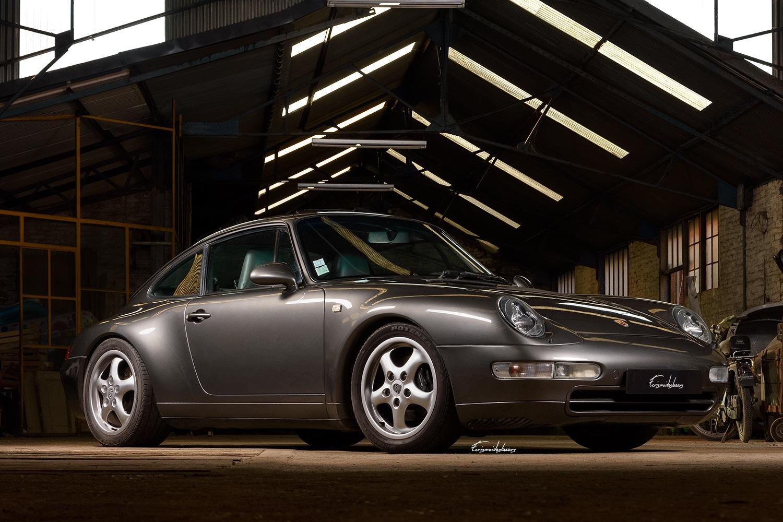 photo de Porsche 993 carrera 2, en 3/4 avant dans un bâtiment abandonné