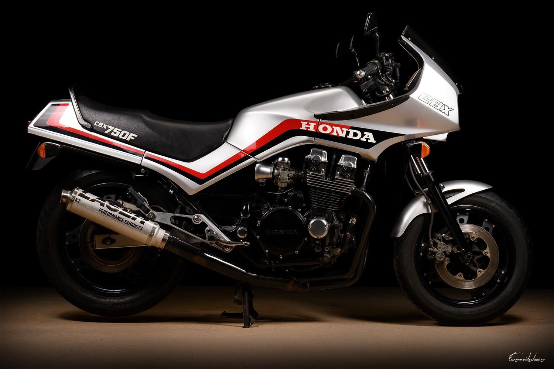 Honda CBX 750 F vue de profil sur fond noir