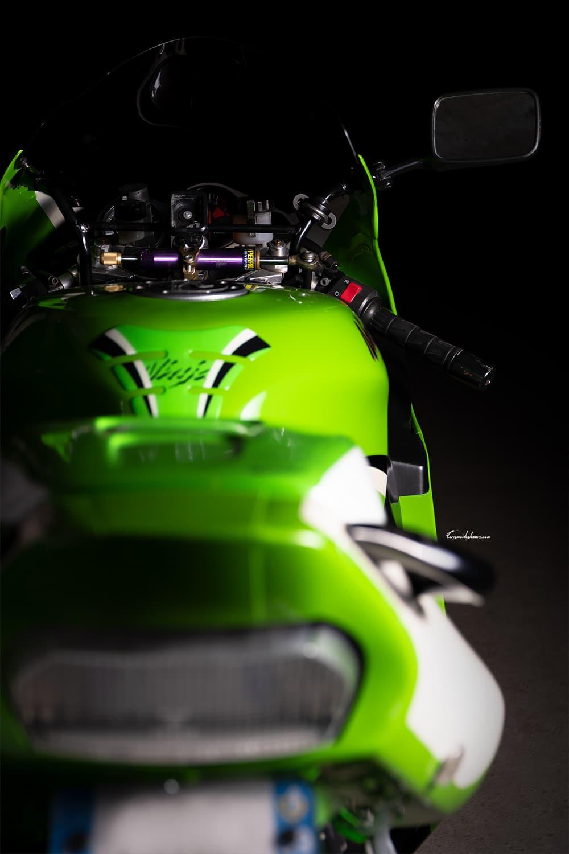 Kawasaki ZX7R vue arrière sur fond noir