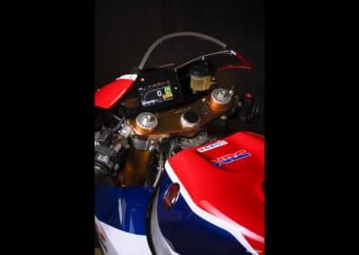 tableau de bord Honda RC213 VS sur fond noir