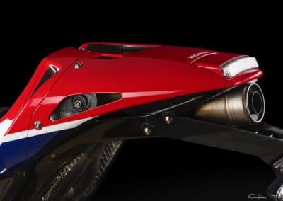Honda RC213 VS échappement profil sur fond noir