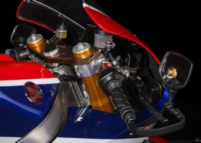 Honda RC213 VS poste de pilotage sur fond noir