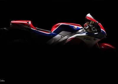 Honda RC213 VS silhouette profil sur fond noir