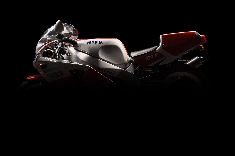 silhouette moto Yamaha FZR 750 R OW01 sur fond noir