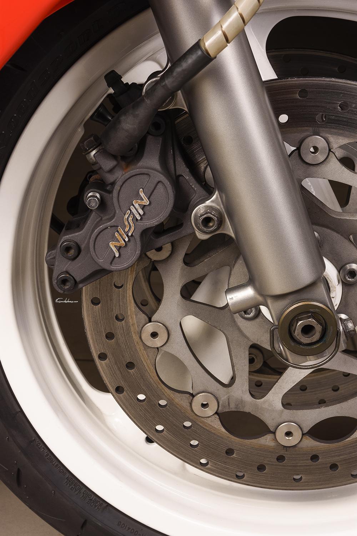 Roue avant et étrier frein avant moto Yamaha FZR750R OW01