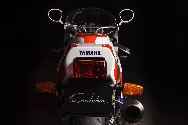 vue arrière moto Yamaha FZR 750 R OW01
