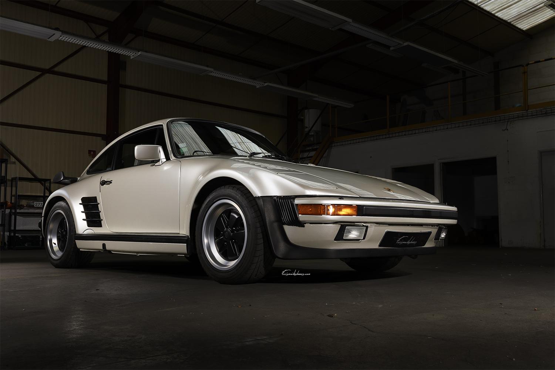 Porsche 930 Flatnose en 3/4 avant dans un hangar