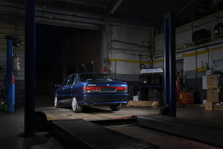 Renault 21 2L Turbo 3/4 arrière dans garage