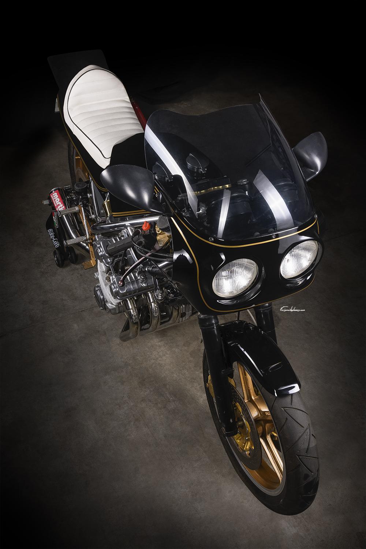 photo de moto Martin CBX 1000 en 3/4 avant plongeant sur fond noir
