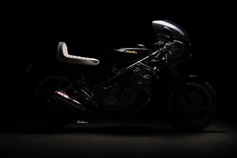 photo de moto Martin CBX 1000, silhouette latérale sur fond noir