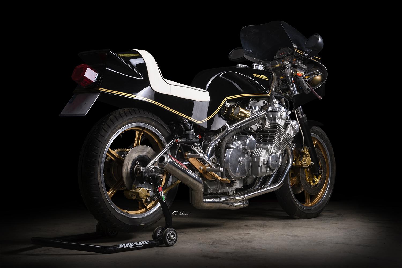 photo moto Martin CBX 1000 en 3/4 arrière sur fond noir