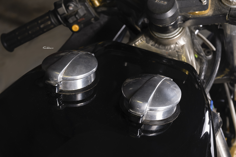 photo moto Martin CBX 1000 réservoir sur fond noir
