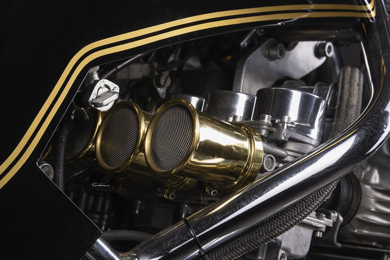 carburateur moto Martin CBX 1000 sur fond noir