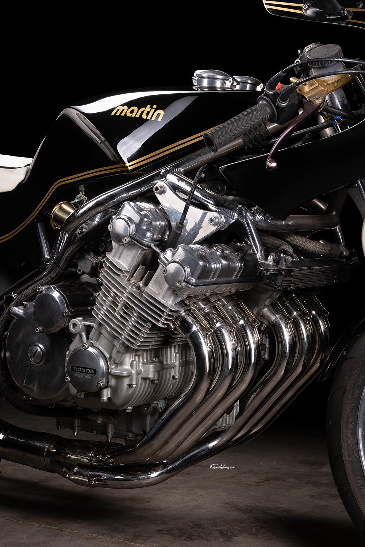 photo moteur 6 cylindres Moto Martin CBX 1000 sur fond noir