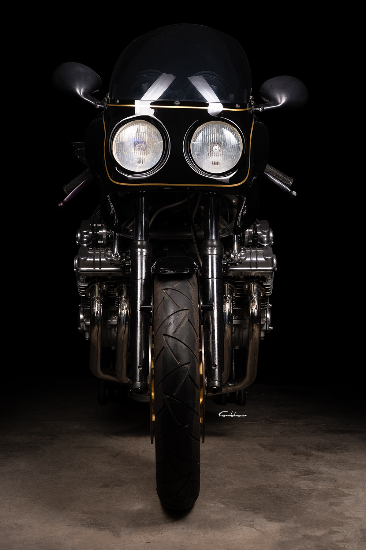 moto Martin CBX 1000 vue de face sur fond noir