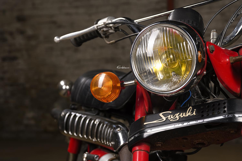 Photo Suzuki RV 90 K rouge, gros plan phare avant