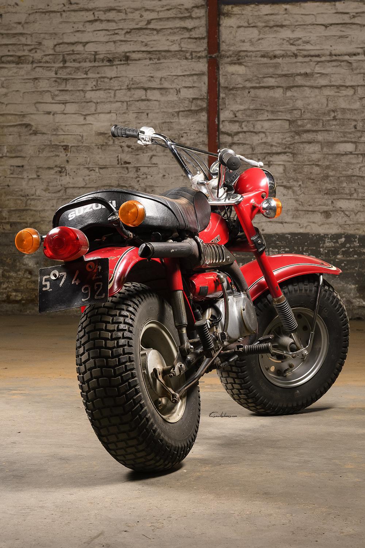 Moto Suzuki RV 90 K en 3/4 arrière