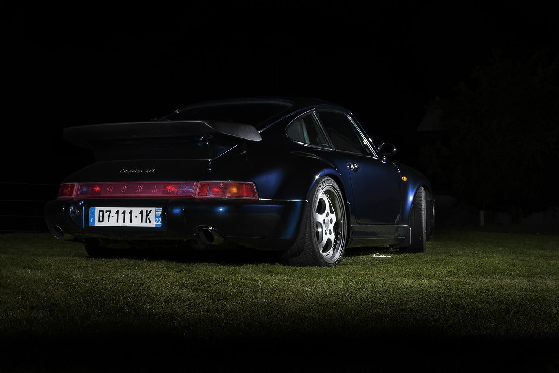 Porsche 964 3.6L Turbo en 3/4 arrière sur fond noir