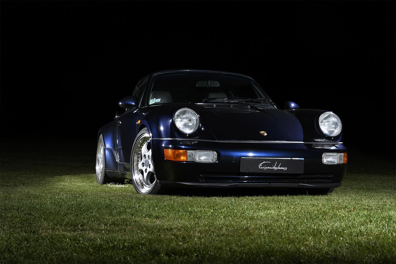 Porsche 964 3.6L Turbo en 3/4 avant sur fond noir