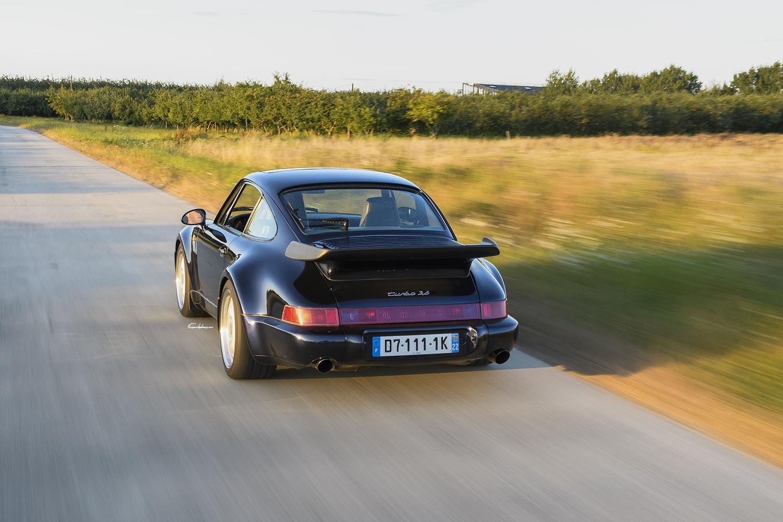 Porsche 964 3.6L Turbo en travelling 3/4 arrière